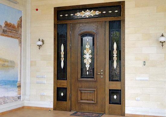 Входная деревянная дверь из массива со стеклянными вставками и витражами