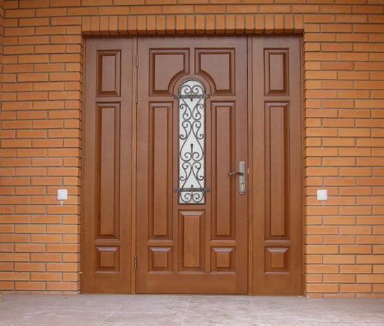 Входная дверь из массива дерева со вставкой из стекла и решеткой