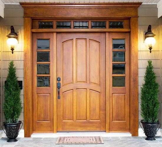 Входная дверь из светлого массива
