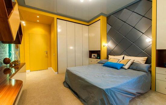 Желтая дверь-невидимка в спальне