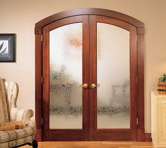Закругленная дверь со стеклом в комнате
