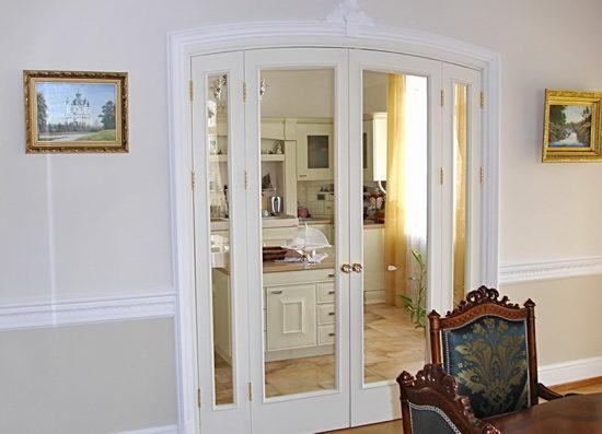 belye-dveri-v-stile-s-ottenkom-rozovogo-7880182