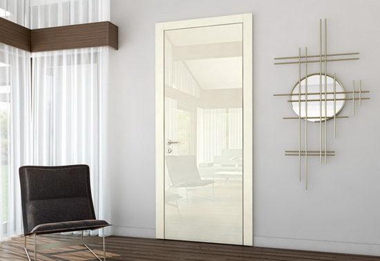 Сочетание белых глянцевых межкомнатных дверей с коричневым полом