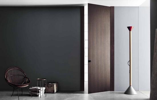 Шпонированные двери темного цвета в интерьере квартиры