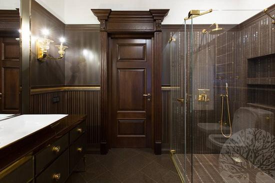 Глухие дубовые двери в ванной комнате