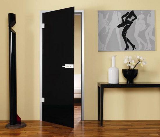Черная межкомнатная дверь в интерьере, как правило, выступает центральным элементом. Под неё подбирают мебель, обои и другие предметы обстановки. Цвет двери требует поддержки, а поэтому в комнате обязательно должны присутствовать черные вещи. Однако увлекаться черным сильно не рекомендуется, иначе обстановка станет очень мрачной и угнетающей. Найти гармоничное соотношение – целое искусство, овладеть которым помогут советы опытных дизайнеров.