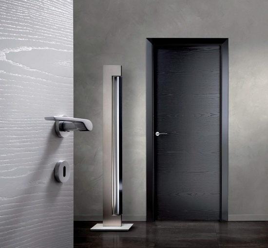 Черные двери - светлый интерьер
