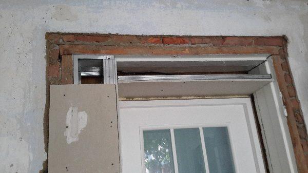 Уменьшение дверного проема по ширине при помощи рамки из металлического профиля