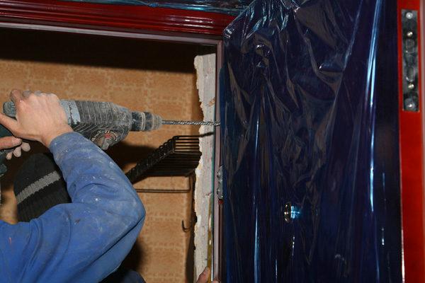 Монтаж дверного блока через сквозное отверстие и через проушины