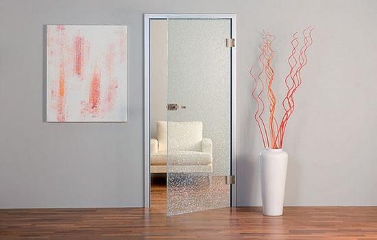 Стеклянные двери упрощают выбор цвета