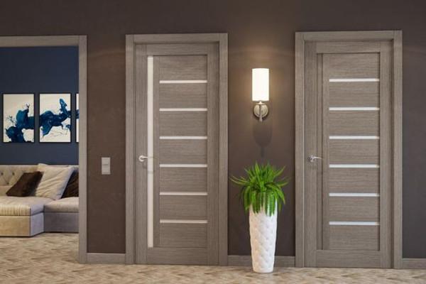 цвет полотна дверной конструкции соответствует оттенку напольного покрытия