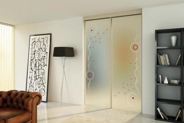 Цветное декорирование стеклянной матовой двери