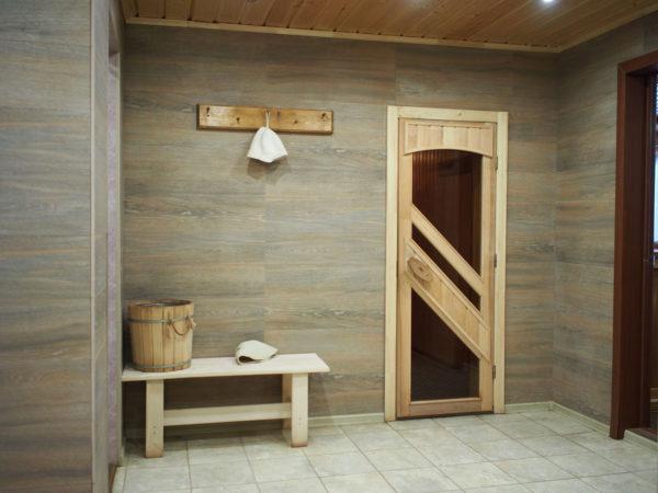 Входная дверь в баню из комбинированных материалов фото