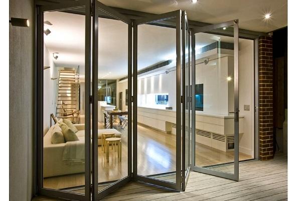 алюминиевые двери в интерьере