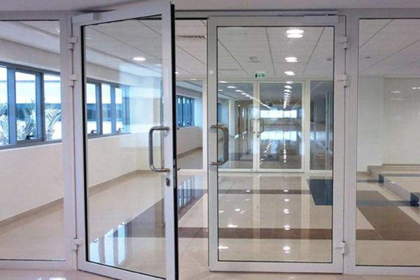 внутренние алюминиевые двери с холодным профилем