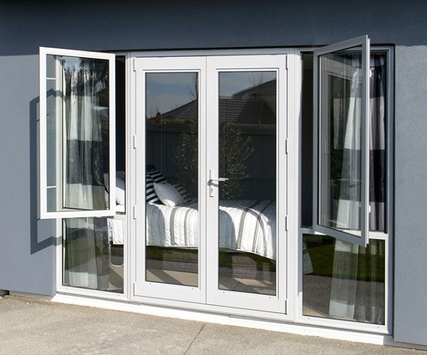 алюминиевые двери в комбинации с окнами