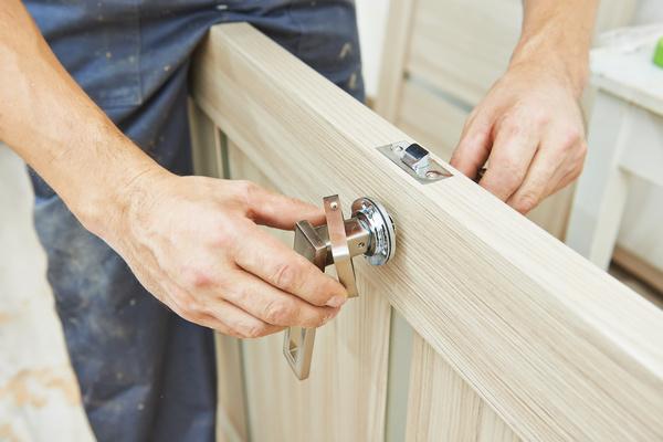Этапы установки распашной межкомнатной двери