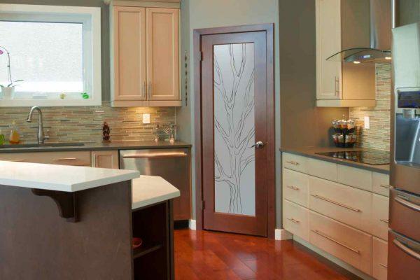 выбор двери в ванную комнату или на кухню