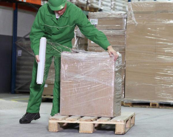 Обертывание стрейч-пленкой используется для упаковки больших товаров на поддоны